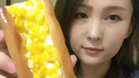 吃个玉米面包, 满满的金黄色的玉米粒