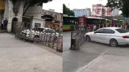 宝马车顶着15米伸缩门疯狂冲卡 警方全城布控抓捕车主