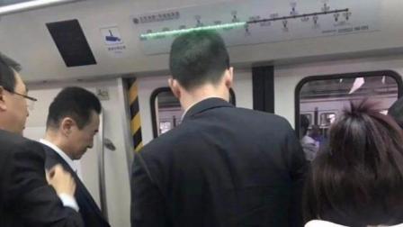 前首富王健林上班挤地铁被网友拍到,网友:可以做我的励志照片了