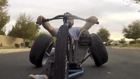 老外自己造脚蹬三轮车, 跑起来还挺快!