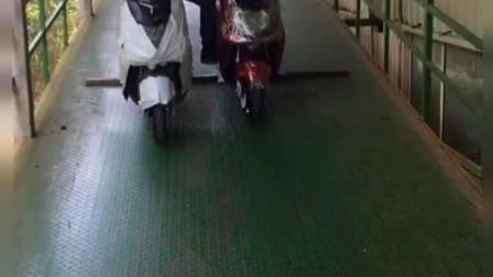 一个人骑两辆电动车, 这技术不摆了!