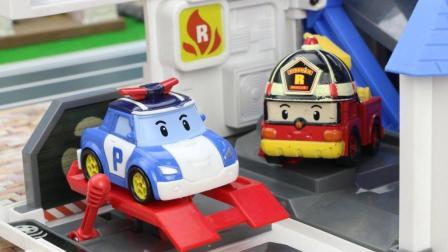 变形警车珀利救援队帮助米老鼠和小猪佩奇一起找到走失的小猫