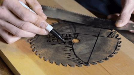 男子捡到废旧锯片, 卖废铁不划算, 最后还是改成了实用的工具