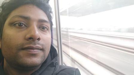 印度人第一次乘坐中国高铁, 靠在窗前看着高速驶过的列车