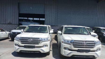 18款兰德酷路泽4000稀有银色现车气泵冲沙版天津港配置介绍