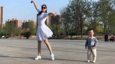 一岁萌宝宝陪妈妈跳广场舞画面好有爱