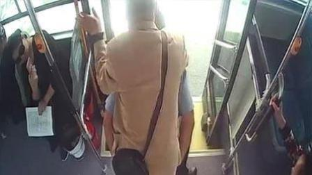 社会热点爆料 2018 4月 公交司机不惜晚到站被罚 将残疾乘客小心背下车