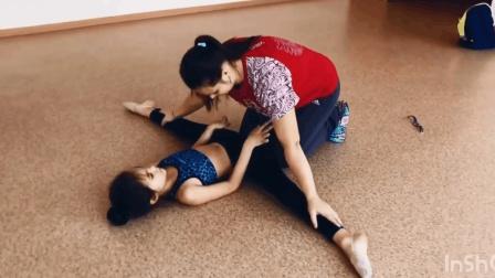 老师给小女孩拉筋压腿, 这幅度也太大了, 看着都觉得疼