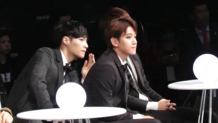 EXO成员在台下看演出 很难得看到张艺兴和BIGBANG太阳同框