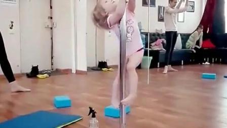 2岁小宝宝学钢管舞, 下一秒的动作专业老师看了