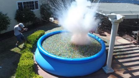 金属钠怒怼500万颗水宝宝, 泳池被烧出大孔老外吓得赶紧跑!