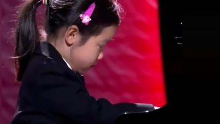 中国小女孩童言无忌, 接着现场弹起了钢琴! 真给中国人长脸