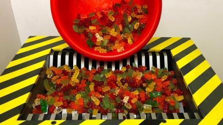 老外拿2000个橡皮糖扔进粉碎机, 粉碎机: 除了粘牙其他没毛病!