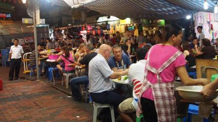 香港有条比大陆乡镇还要破的街, 外国人却挤爆了