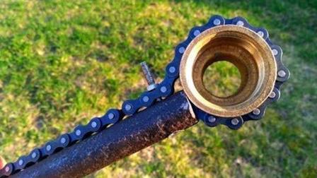 旧车链、旧铁管, 牛人用它俩做工具, 成品太实用了