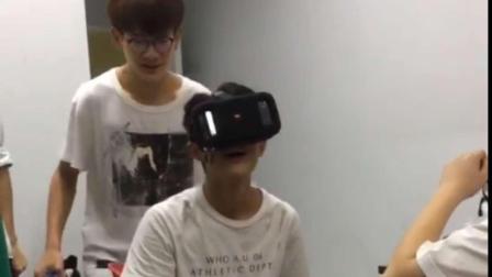 看VR恐怖片,被室友吓成神经病