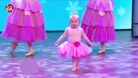 呆萌小女孩跳芭蕾