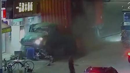 司机忘拉手刹致货车溜坡 男子神反应逃过一劫