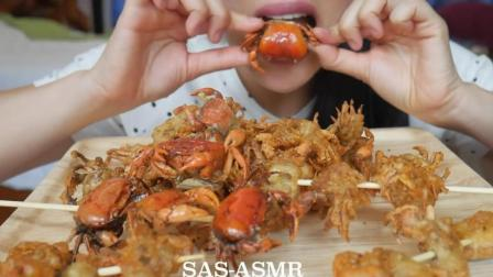 国外吃货微笑姐, 吃金黄的油炸小螃蟹, 吃起来超脆, 看着真馋人