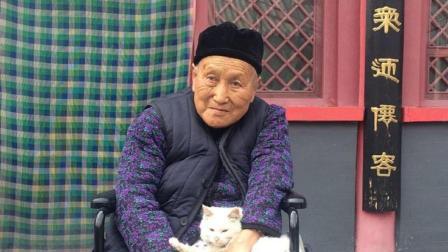 90岁女道长定居华山, 能飞檐走壁, 久不进食