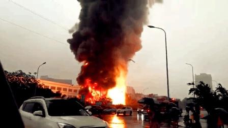 重庆一餐厅突发火情 明火猛烈伴有巨响
