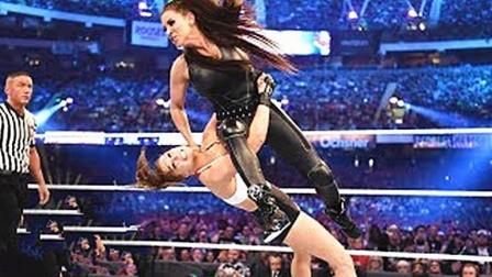 遇到WWE实力最强的女摔, 被揍的毫无还手之力, 连连求饶