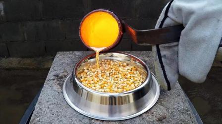 老外把1000度铜水倒在玉米上做爆米花, 看完你敢吃吗?