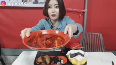 韩国吃播: 欧尼外景吃釜山最辣的辣炒年糕条+各种配菜, 大口塞吃的超过瘾!