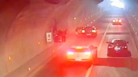 货车隧道内侧翻 后方司机机智躲避示意来车避险
