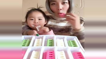 妈妈和女儿一起吃梯子巧克力,可爱极了