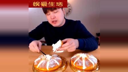 韩国吃播: 帅小伙吃超多奶油的夹心面包, 大口的吃, 吃的好过瘾