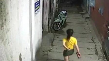 短裤女子深夜出门, 看到这一幕却浑然不知, 监控拍下这无耻一幕!