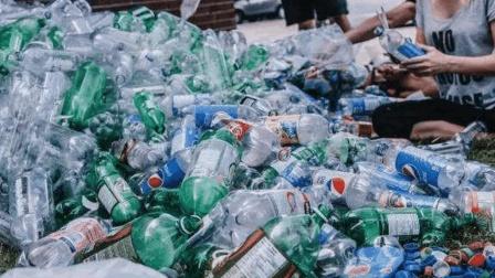 废旧塑料瓶做成切菜保护器, 妹子这一招简直厉害, 赶紧get!