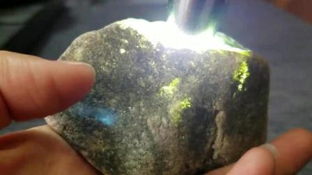 花光一个月工资买的翡翠原石, 老板说绝对能切出高冰种, 搏上一搏?