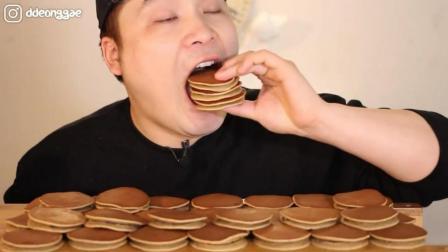 韩国大胃王胖哥, 吃一桌子的铜锣烧, 大口大口的吃, 看着太馋人了