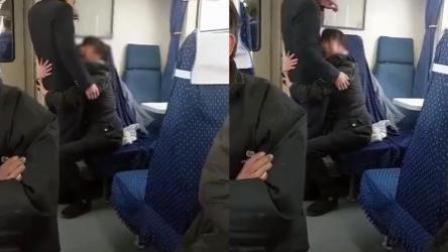 大姐抱着帅哥列车员不放:这是我男朋友!