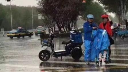 暖心!外卖送餐员脱衣为婴儿遮雨