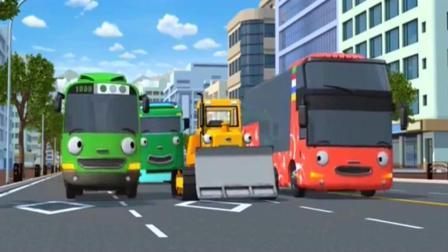 小公交车太友: 铲车大巴车公交车一起拉大货车出泥朋友间相互帮忙
