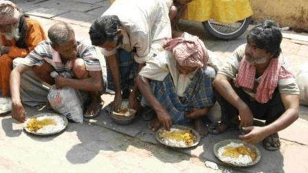中国人请印度人吃火锅, 印度人表示根本没法吃, 气的把筷子都扔了