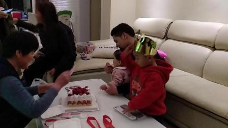 家庭生日趴 哥哥和妹妹一起过生日 妹妹一周岁生日唱生日歌 萌娃吃生日蛋糕搞笑视频