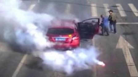 車隊車內鞭炮不慎被引燃 瞬間煙霧籠罩