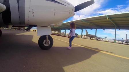美国2岁小女孩开飞机, 有模有样的, 我差点就信了
