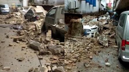 """围墙意外坍塌碎成""""豆腐渣"""" 多车惨遭压埋"""