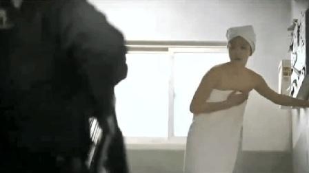 妹子被警察包围, 淡定的脱掉衣服洗个澡, 太机智了!
