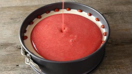 牛人做的草莓蛋糕, 看这浓浓的草莓汁, 切开的时候我要馋疯了..