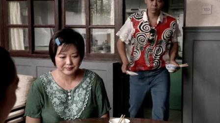 男子带女朋友回家,饭桌上女朋友想吃丸子,离那么近男朋友帮忙夹