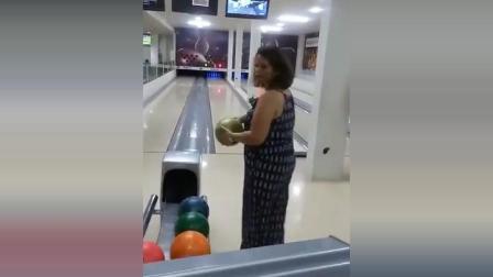 美女第一次打保龄球, 不料用力过猛, 看一遍笑一遍!