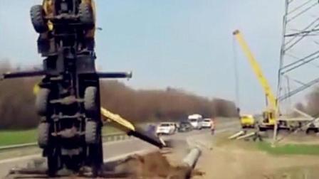 实拍: 俄罗斯起重机吊水泥杆被掀翻