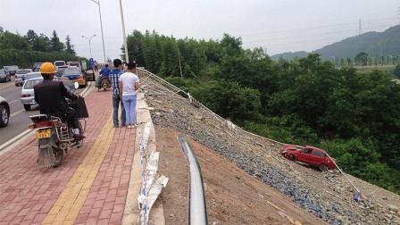 轿车发生车祸后, 男子想停车看热闹, 没想到自己却成了主角!