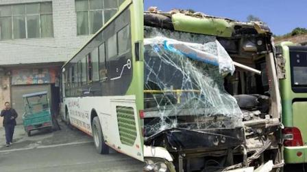 监拍公交冲向路边 门店被当场撞出大窟窿
